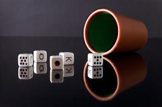 dados de poker y cubilete